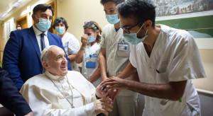 Papież na wózku pozdrowił pacjentów