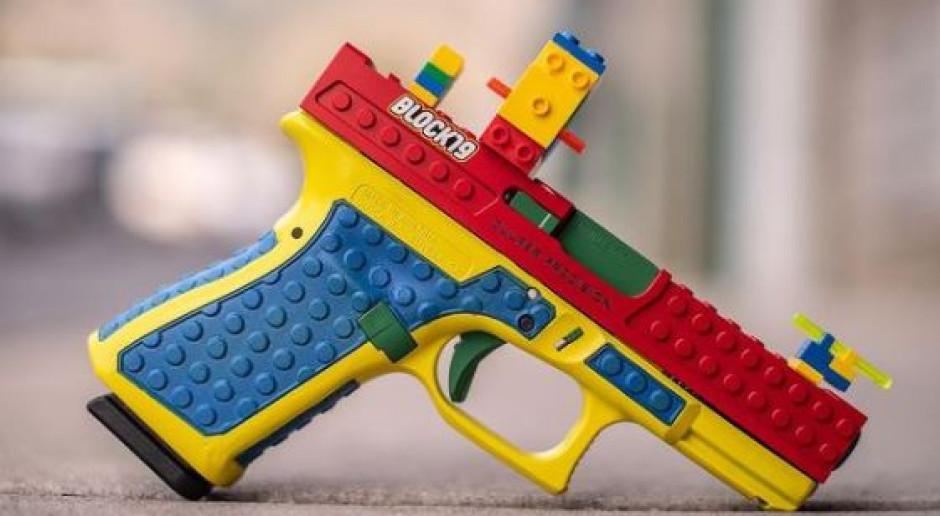 Prawdziwy pistolet, a wygląda jak zabawka. Lego kontra producent broni