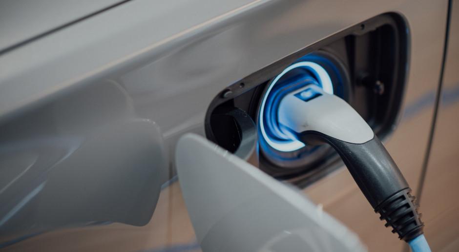 POPiHN: W Polsce rośnie liczba stacji paliw i ładowarek do aut elektrycznych
