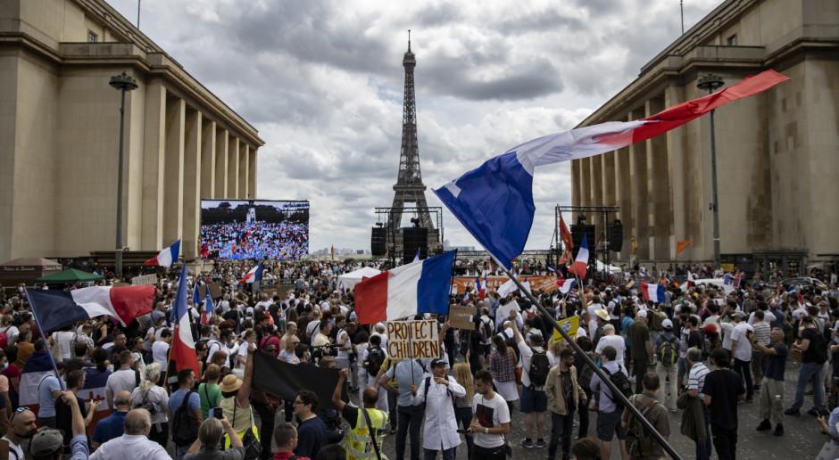 Francja: W wielu miastach wielotysięczne manifestacje przeciwko paszportom sanitarnym