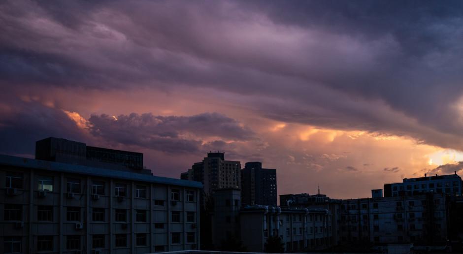 Chiny zamykają dworce kolejowe i porty, odwołują loty - nadciąga tajfun In-Fa