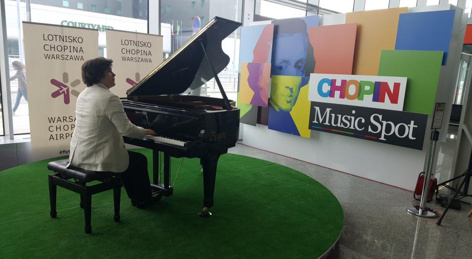 PPL: na Lotnisko Chopina wraca fortepian, na którym będą mogli grać też pasażerowie