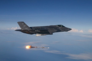 Raytheon z kontraktem na rakiety AMRAAM