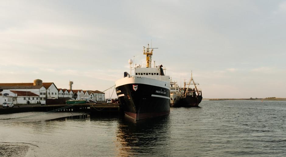 Holandia: W porcie od roku stoją dwa statki przykute łańcuchami, załodze nie wolno zejść na ląd