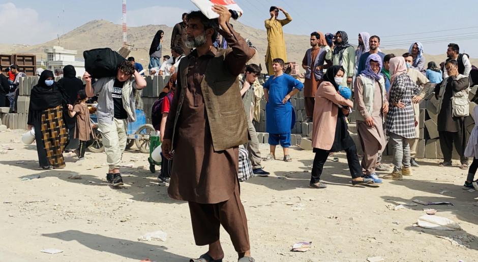 Afganistan: Chaos przed lotniskiem w Kabulu, talibowie biją uciekinierów i strzelają w powietrze