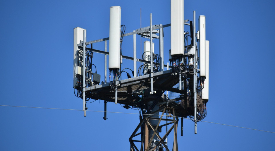 Nie ma aukcji na 5G, więc telekomy budują na dostępnych częstotliwościach