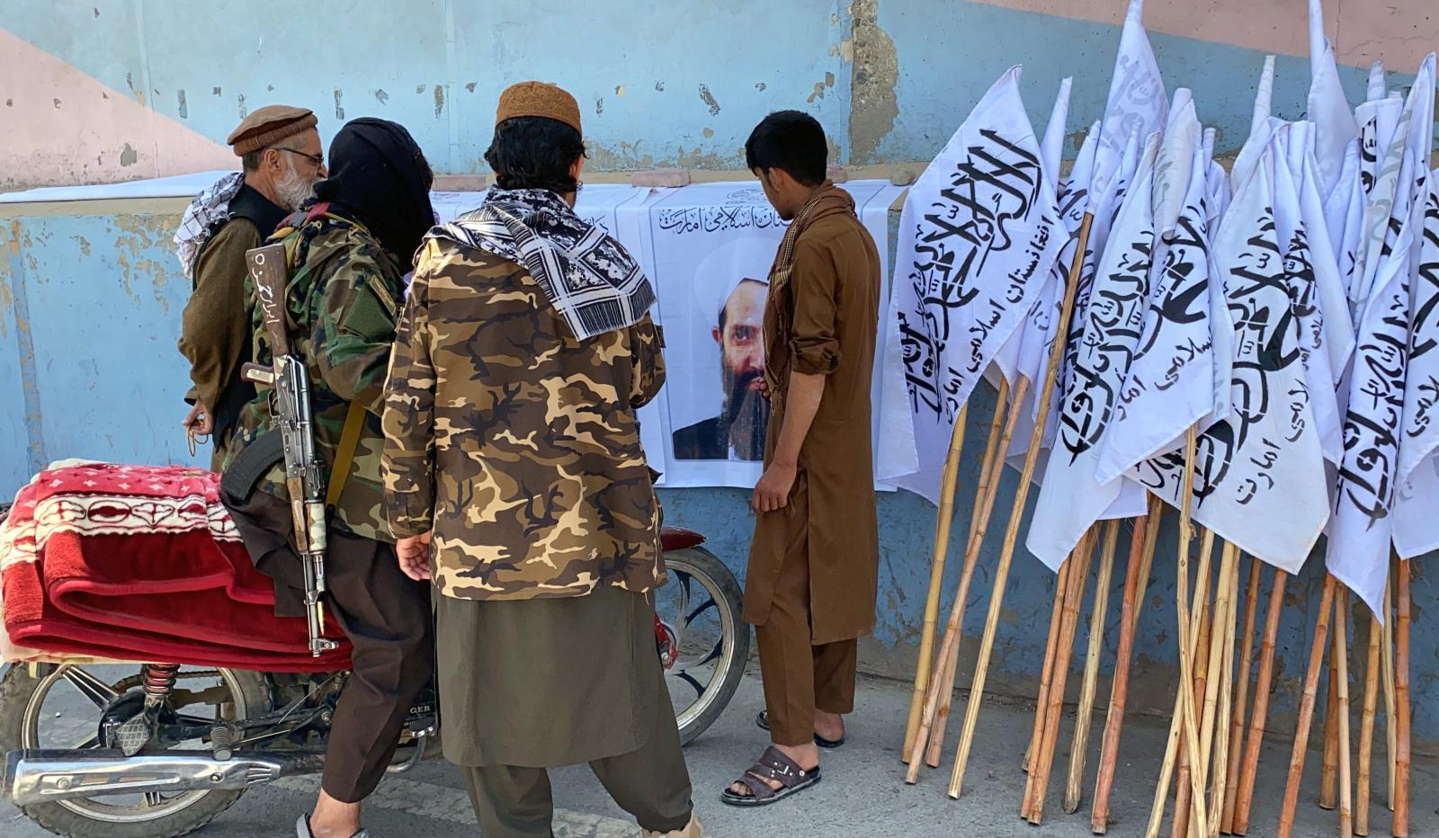 Afganistan praktycznie znalazł się we władzy talibów, w dodatku z coraz silniejszymi inklinacjami skrajnych ugrupowań muzułmańskich do przeciwstawiania się ich władzy, jako zbyt ugodowej w stosunku do Zachodu (fot. PAP/EPA/Stringer)