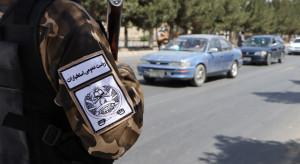 Talibowie podnieśli swą czarno-białą flagę na pałacu prezydenckim w Kabulu