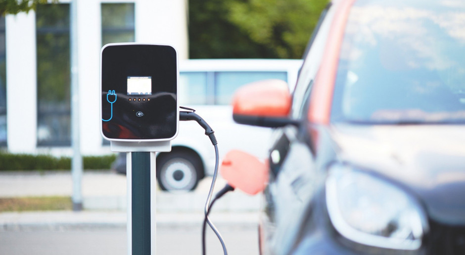 Liczba aut elektrycznych w 2025 r. w Polsce może sięgać 300 tys.