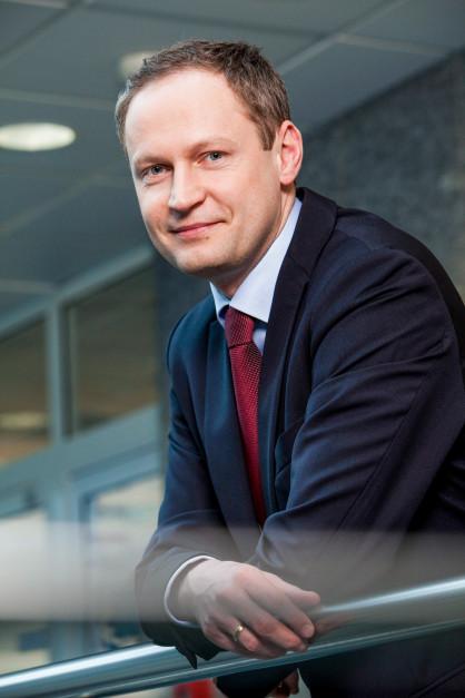 – Decyzja o podwojeniu finansowania dla branży OZE to dla nas źródło podwójnej satysfakcji: nie tylko pomagamy firmom, ale też przyspieszamy zieloną transformację – komentuje Adam Pers, wiceprezes mBanku. fot. materiały prasowe