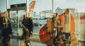 Pasażerów wciąż mało, więc skąd kolejki na lotnikach? Jest wyjaśnienie