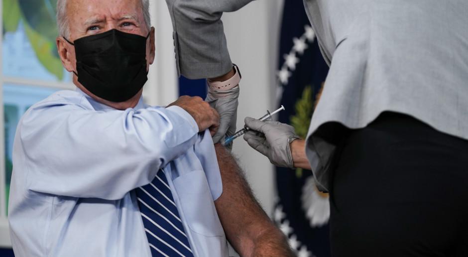 Joe Biden publicznie przyjął trzecią dawkę szczepionki przeciw Covid-19