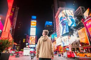 Ważny przekaz czy chaos? Ekrany na ulicach naszych miast zmieniają funkcję